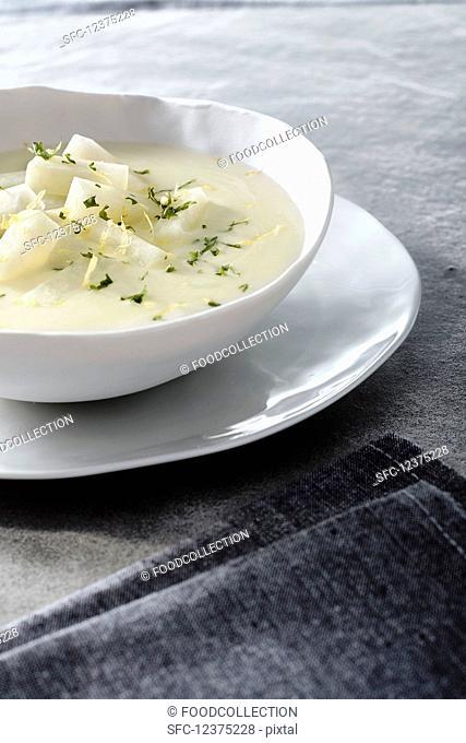 Creamy kohlrabi soup with lemon zest