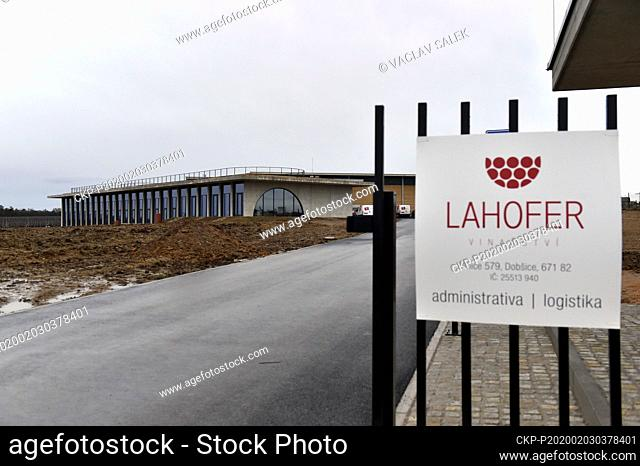 The Lahofer Winery fuses the region's longstanding wine tradition with a contemporary design in constant dialogue with the surrounding vines