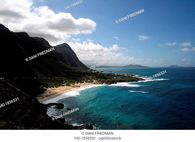 A bay on the Hawaiian Island of O'ahu. The golden sand beach surrounded by a mountainous background. - O'AHU, HAWAII, UNITED STATES OF AMERICA, 08/07/2007