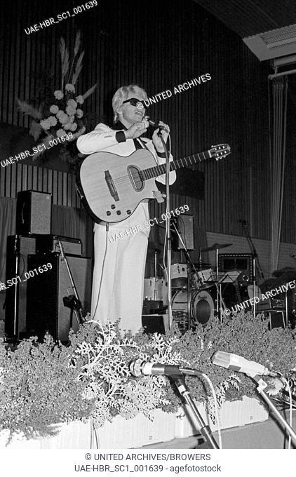Der deutsche Sänger Heino bei einem Auftritt bei der Gala Tolbiac, Deutschland 1970er Jahre. German singer Heino performing at the Gala Tolbiac, Germany 1970s