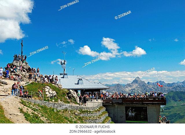 Touristen, Gipfelstation Nebelhornbahn, Nebelhorn 2224m, dahinter der Hochvogel 2592m, Allgäuer Alpen, Bayern, Deutschland, Europa