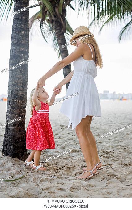 Brasil, Rio de Janeiro, mother and daughter playing on Copacabana beach