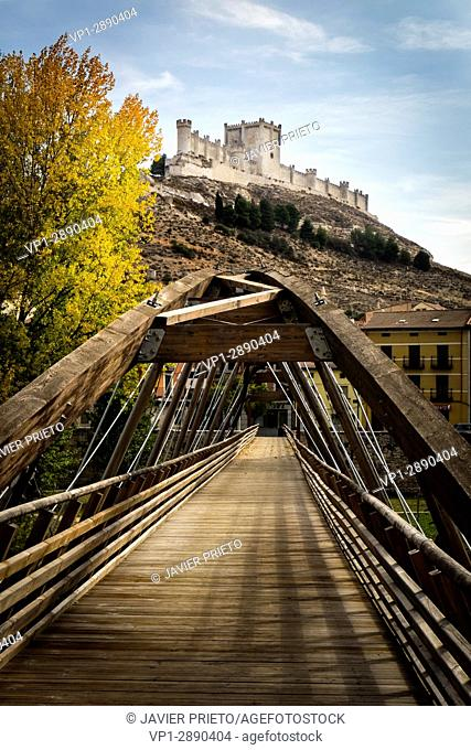 Footbridge over the Duratón river at the foot of the castle of Peñafiel and at the beginning of the walk to Pesquera de Duero. Ribera del Duero