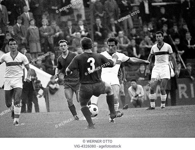 Fussball, Freundschaftsspiel, 1966, Stadion an der Hafenstrasse in Essen, Rot-Weiss Essen gegen Spartak Sofia 0:1, Spielszene, Kampf um den Ball, v.l