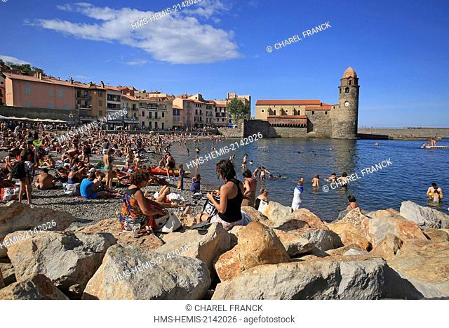 France, Pyrenees Orientales (66), Collioure, Tourists on the beach Boramar at the foot of the church Notre Dame of the Angels to Collioure