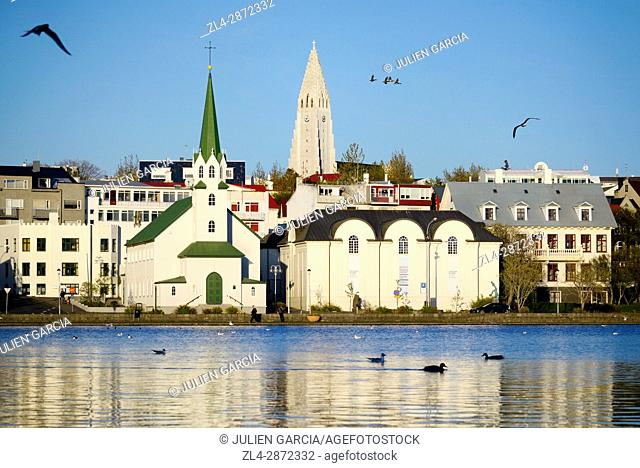 Iceland, Reykjavik, View over Tjornin (pond) to church and cathedral