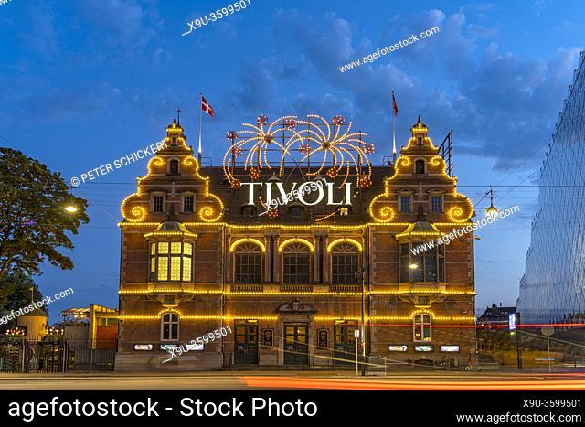 H. C. Andersen Schloss am Tivoli in der Abenddämmerung, Kopenhagen, Dänemark, Europa | Hans Christian Andersen Castle at Tivoli at dusk, Copenhagen, Denmark
