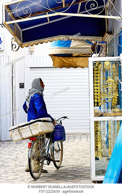 Africa, North Africa, Maghreb, South Tunisia, Governorat of Medenine. Djerba island. Houmt Souk. Man front of a shop