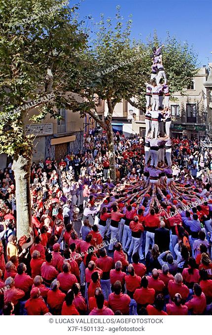 Colla Jove Xiquets de Tarragona 'Castellers' building human tower, a Catalan tradition Fira de Santa Teresa, town festival  Plaça Vella El Vendrell Tarragona...