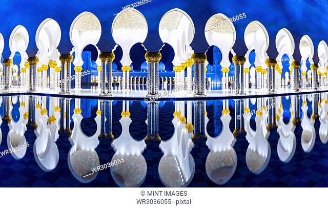 Blue and white Sheikh Zayed Mosque at dusk, Abu Dhabi, United Arab Emirates