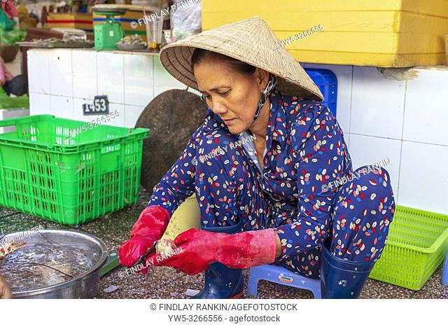 Vietnamese woman gutting and preparing freshly caught lobster at the Ben Thanh street market, Ho Chi Minh City, Saigon, Vietnam, Asia