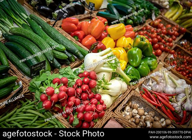 """03 January 2020, Bremen: Vegetables are offered in the unpackaged shop """"""""SelFair"""""""". In order to avoid plastic waste, more people in Lower Saxony and Bremen are..."""