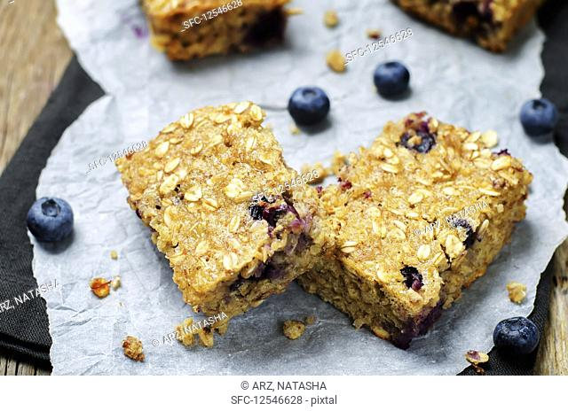 Quinoa and oats bars with blueberries