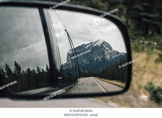 Canada, Alberta, Banff National Park, Rocky Mountains, Icefields Parkway, mirrored in wing mirror