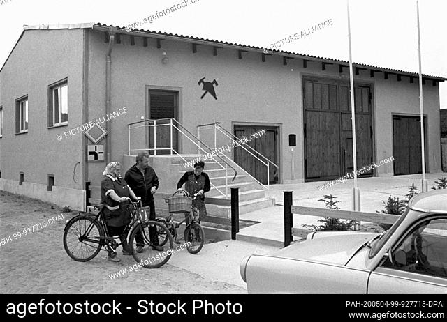 30 November 1984, Saxony, Belgern: Meeting by bicycle in front of the building of the voluntary fire brigade in Belgern (near Torgau) in the mid-1980s