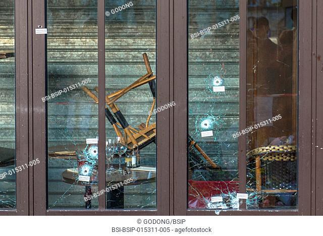Impact de balles sur la vitrine du caf? de la Bonne Bi?re, rue de la Fontaine au Roi, apr?s les attentats du 13.11.2015