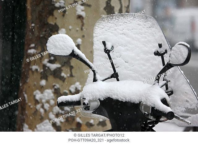 France, ile de france, paris 5th arrondissement, Snow, Snowy, Snowing, December 2009, pavement, Boulevard Saint Michel, Covered scooter by snow and tree trunk...