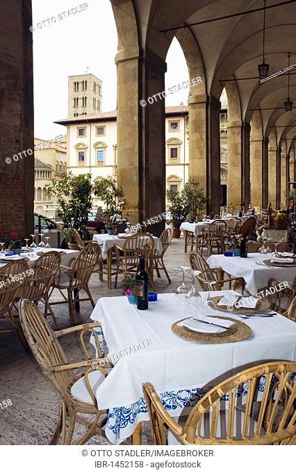 Set tables, Trattoria La Cancia d 'Oro, under the arches of the Piazza Grande square, Arezzo, Tuscany, Italy, Europe
