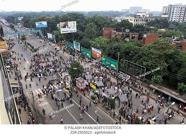 Bangladeshi students block traffic during a protest rally in the streets at Dhanmondi Dhaka, Bangladesh, 13 September 2015