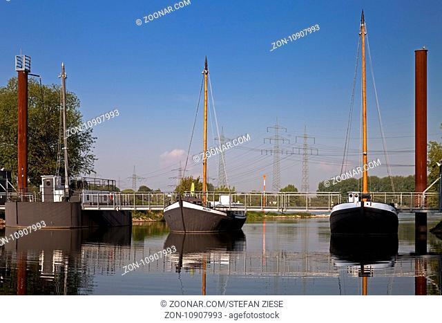 Schiffsbruecke mit den drei Schiffen