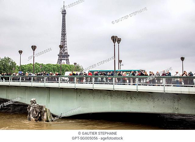A CROWD OF CURIOUS ONLOOKERS, THE ZOUAVE OF THE PONT DE L'ALMA BRIDGE, FLOODS, THE RISING WATER OF THE SEINE IN PARIS, MAY 3, 2016