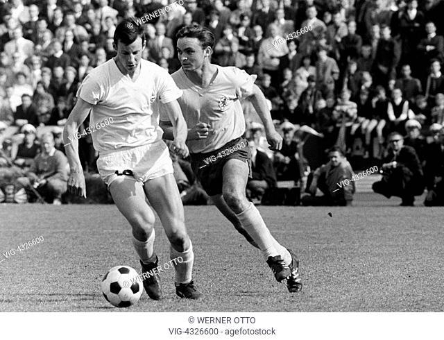 Fussball, Bundesliga, Saison 1966/1967, Stadion an der Hamburger Strasse, Eintracht Braunschweig gegen Borussia Moenchengladbach 2:1, Spielszene, Zweikampf