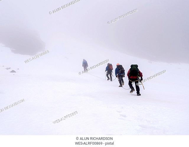 UK, Scotland, Ben Nevis, mountaineers at Number Two Gully