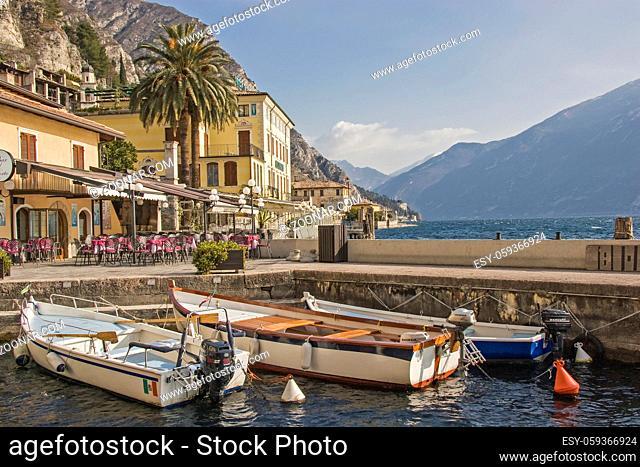 Im alten Hafen in dem idyllischem Gardaseestädtchen Limone in der Lombardei