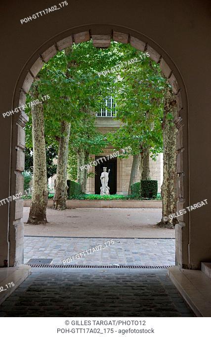 Paris, boulevard Saint Michel, lycee saint louis, court of honour and statue of saint louis, Photo Gilles Targat