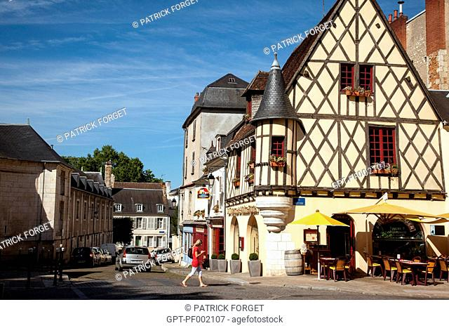 HALF-TIMBERED HOUSE WITH A CORBELLED TURRET, OLD TOWN OF BOURGES, TAVERNE DE MAITRE KANTER, 50 RUE MOYENNE, CHER, FRANCE