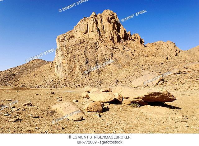 Basalt rocks in Hoggar aka Ahaggar Mountains, Wilaya Tamanrasset, Algeria, Sahara, North Africa