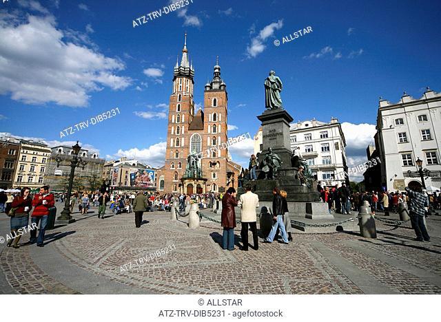 SAINT MARY'S MARIACKI CHURCH & ADAM MICKIEWICZ STATUE; RYNEK GLOWNY OLD MARKET SQUARE, KRAKOW, POLAND; 29/04/2007