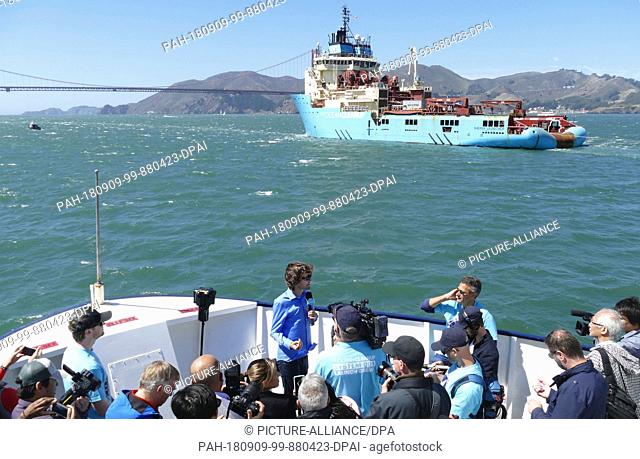"""08.09.2018,USA, San Francisco: Dutchman Boyan Slat (front M), founder of the initiative """"""""Ocean Cleanup"""""""", stands on the press boat"""