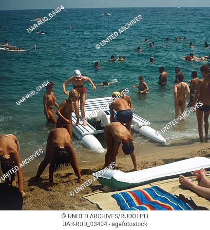 Das Strandleben von Cesenatico an der adriatischen Riviera, Italien 1980er Jahre. Beach life of Cesenatico at the Adriatic Riviera, Italy 1980s