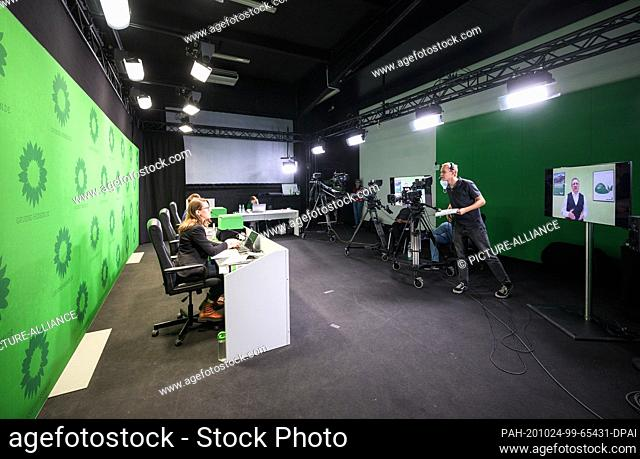 24 October 2020, Hessen, Karben: The team of speakers (l) sits in front of the cameras in the broadcast room at the digital party conference of Bündnis90/Die...