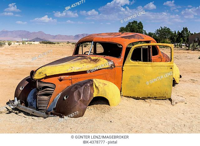 Old car wreck in sand, vintage car, Hudson, chassis, Solitaire, Namibia