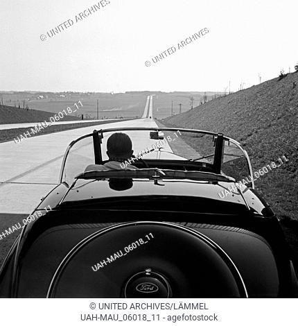 Mit dem Ford Eifel auf der Reichsautobahn bei Bayreuth, Deutschland 1930er Jahre. A Ford model Eifel on the Reichsautobahn highway near Bayreuth, Germany 1930s