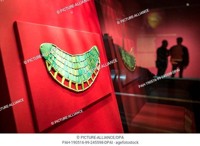 "16 May 2019, Saarland, Völkingen: A decorative collar made of petals can be seen in the exhibition """"PharaonenGold - 3000 Jahre altägyptische Hochkultur"""" at..."