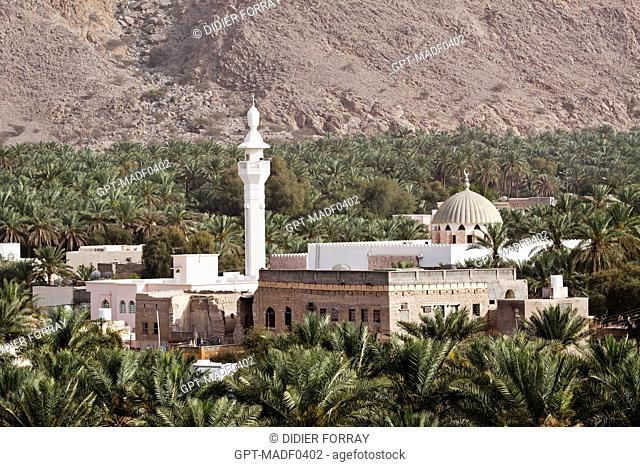 PALM GROVE SURROUNDING A MOSQUE AT THE FOOT OF THE HAJAR MOUNTAIN, NAKHL, SULTANATE OF OMAN, MIDDLE EAST
