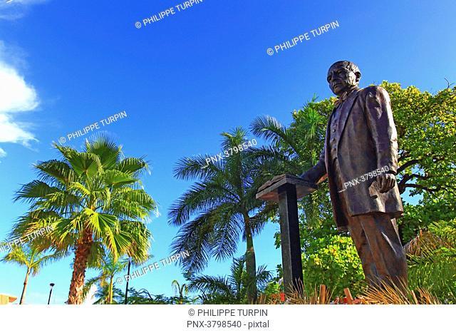 Mexico, Quintana Roo, Cozumel Island. San Miguel de Cozumel. Plaza del sol. Benito Juarez statue