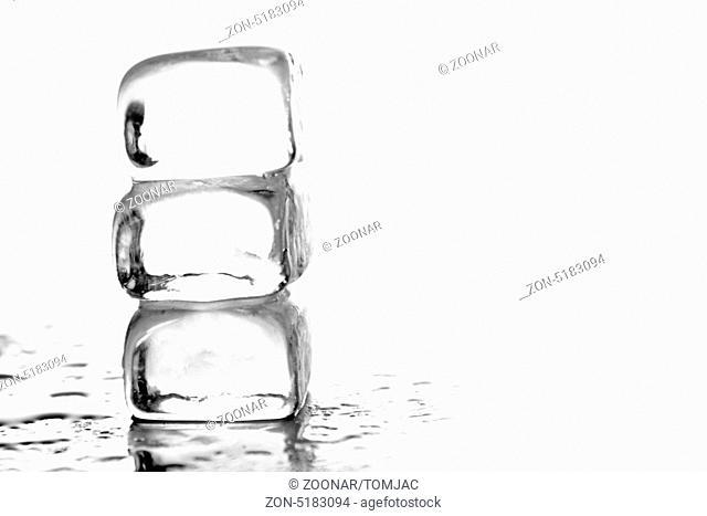 drei Eiswürfel gestapelt mit weißem Hintergrund