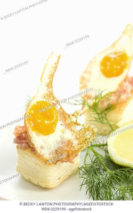 Tartaleta de huevo de codorniz, salmon y jamon serrano con mayonesa
