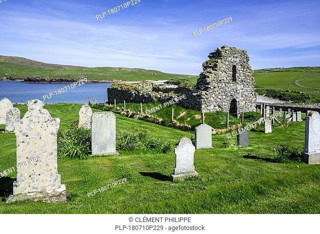 Churchyard and 12th century St Olaf's Kirk / Saint Olaf's Chapel in ruins at Lunda Wick, Lund, Unst, Shetland Islands, Scotland, UK