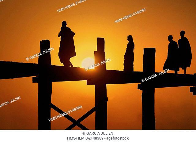 Myanmar, Mandalay, Amarapura, U Bein, silhouette of monks on the U Bein bridge at sunset