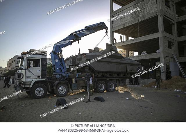 dpatop - A crane lifts a military vehicle of the Palestinian Hamas Islamist movement, after the end of a large-scale drill outside Gaza City, Gaza Strip