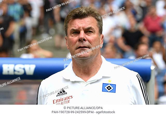 28 July 2019, Hamburg: Soccer: 2nd Bundesliga, Hamburger SV - Darmstadt 98, 1st matchday in the Volksparkstadion. Hamburg coach Dieter Hecking is about to start...