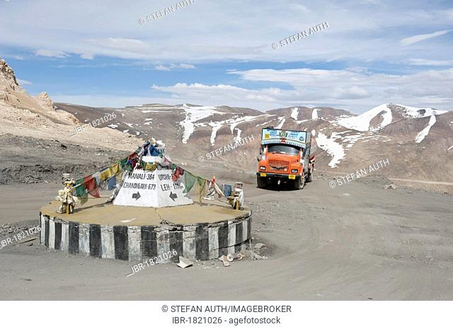 Roundabout, Taglang La mountain pass road, 5317 m, Manali-Leh highway, Tata truck, mountain landscape, Ladakh district, Jammu and Kashmir, India, South Asia