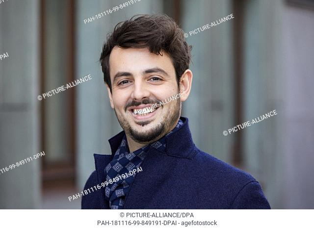 """16 November 2018, Hamburg: EXCLUSIVE - Daniel Caccia, singer, on the occasion of his new debut album """"""""Alles ist New York"""""""" at a photo session"""