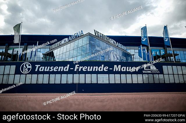 """30 June 2020, North Rhine-Westphalia, Gelsenkirchen: The """"""""Wall of a Thousand Friends"""""""" stands in front of the Veltins-Arena in Gelsenkirchen"""