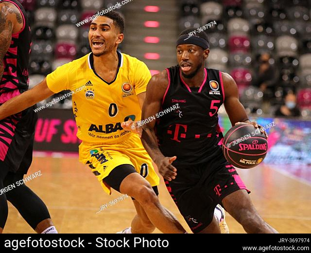 Bonn, Germany, 10.11.2020, Telekom Dome, Basketball, MagentaSport BBL Pokal, Telekom Baskets Bonn vs Alba Berlin: Maodo Lo (Alba), Josh Hagins (Bonn)